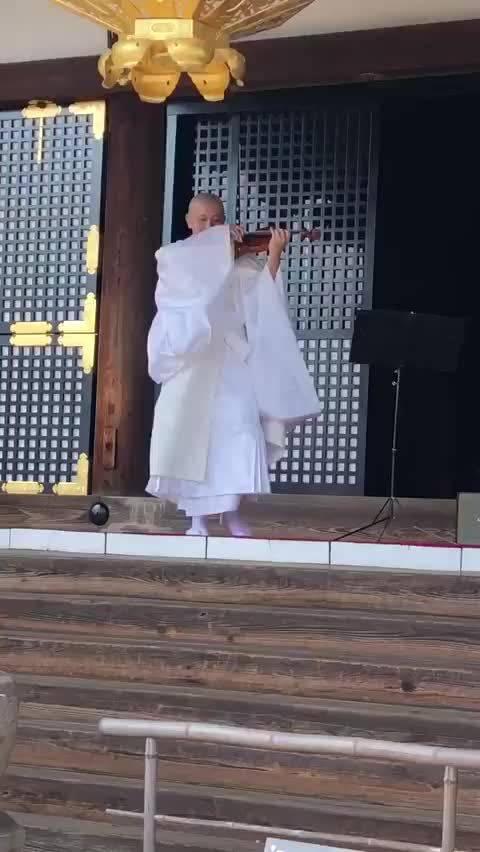 日本仁和寺僧人演奏了一首《情热大陆》