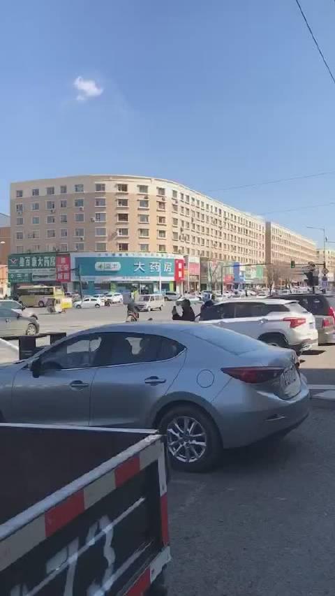 今日,江北遵义路化工医院对过十字路口,一路灯杆倒坍