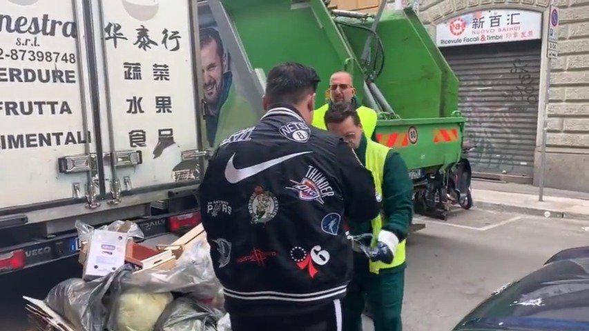 意大利米兰环卫工人来华人街清理垃圾