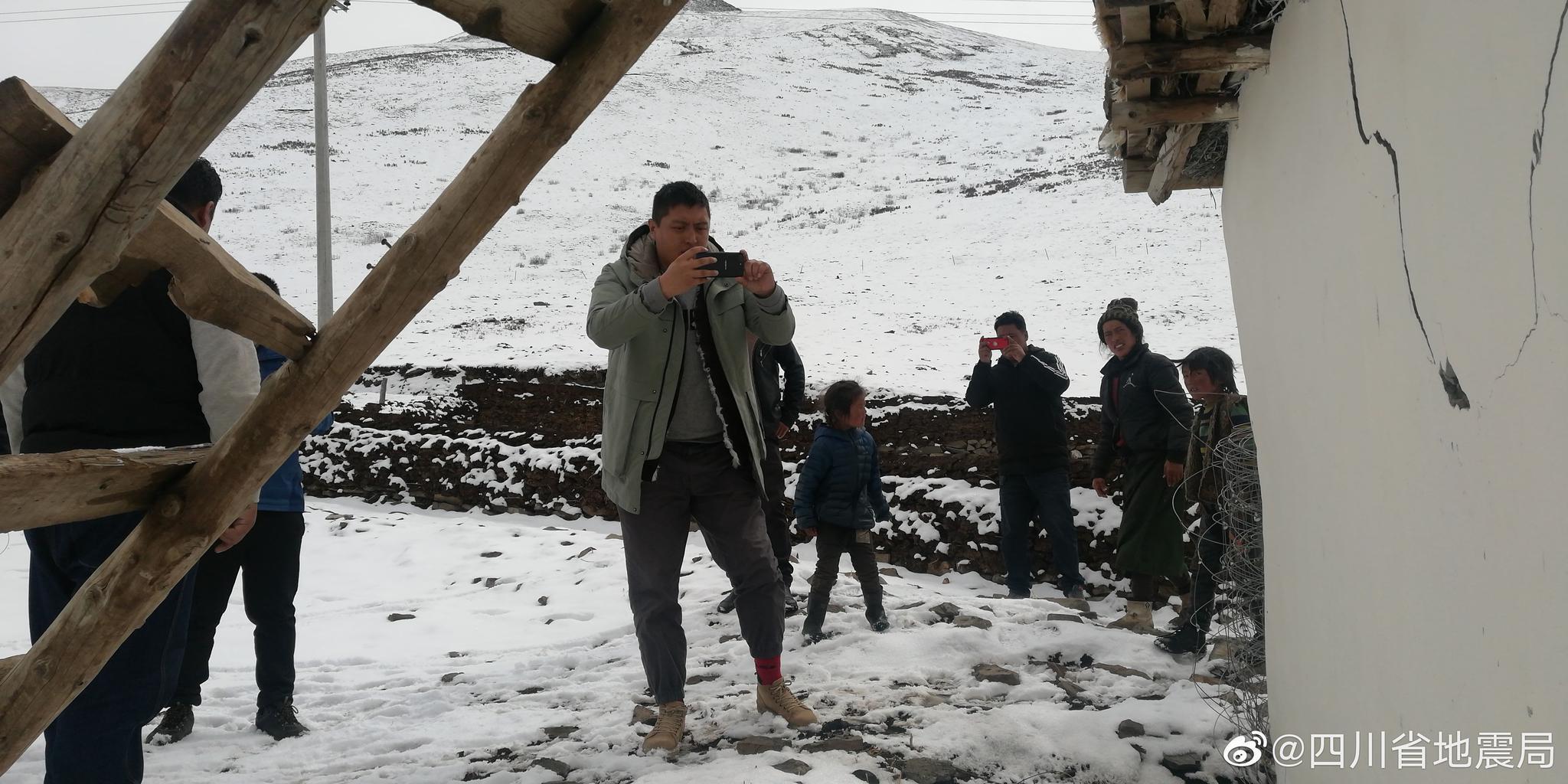 克服高寒、高反等困难,省地震局现场工作组一方面抓紧开展烈度调查