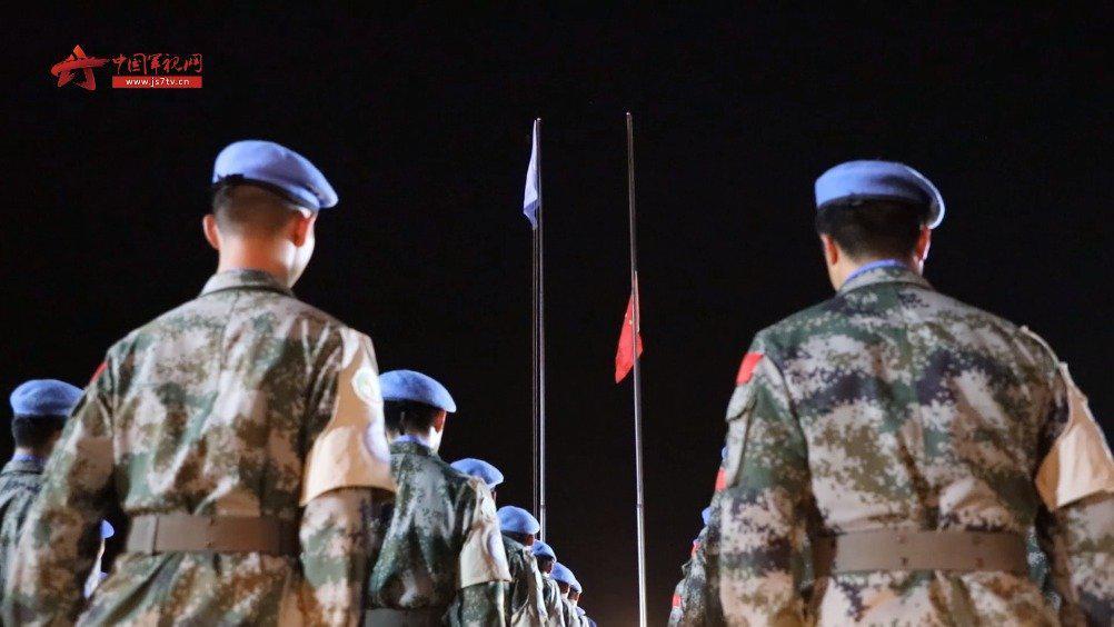 维和战士与国内同步悼念牺牲烈士和逝世同胞