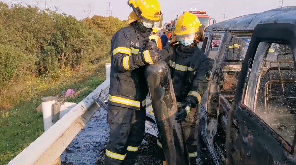 面包车自燃烧成骨架 车载危化品钢瓶险爆炸