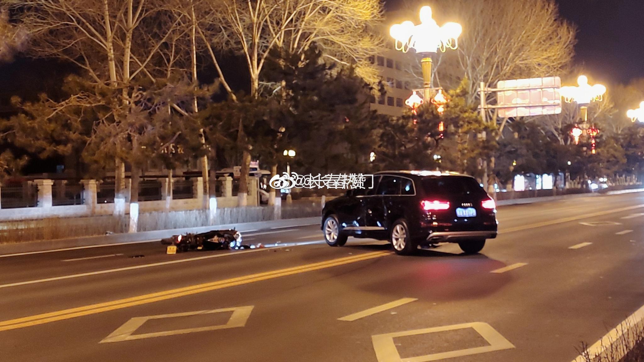 奥迪Q7 SUV,跨越双实线掉头。摩托车进入主车道!发生交通事故