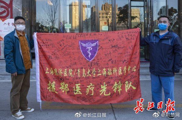 写着祝福语的袖章将成武汉战疫档案