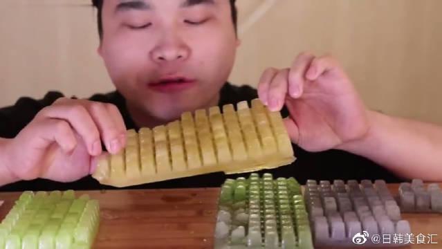 韩国胖哥狂吃键盘冰块,硬邦邦的直接上嘴啃,哥们儿的牙口真好啊
