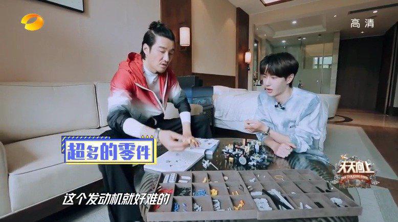 王一博参观胡兵的房间,两个认讨论拼乐高的经验
