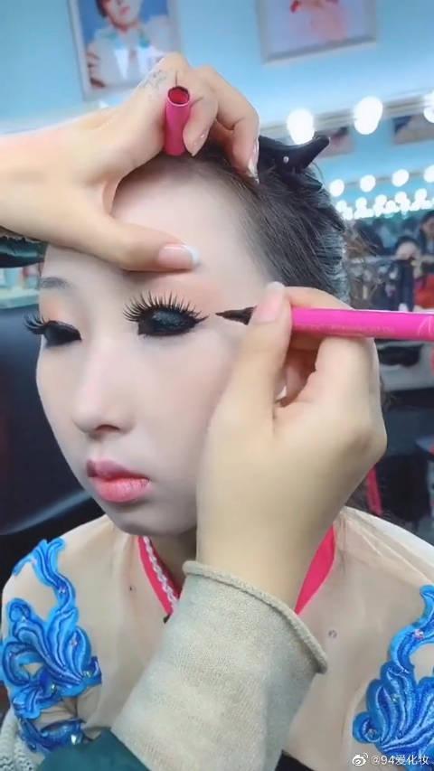 闺蜜自创妆容,小眼睛秒变卡姿兰大眼?这眼线画的太牛了!