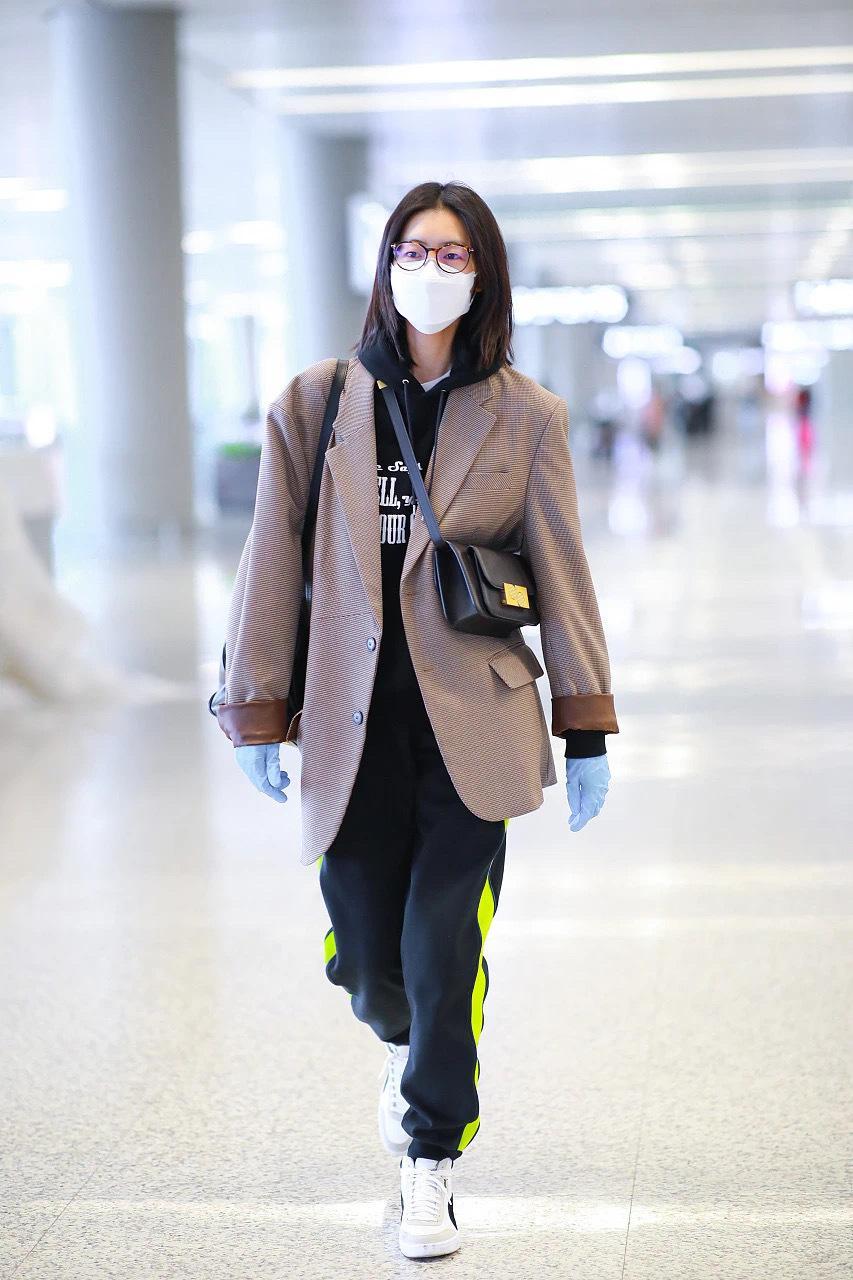 超有看头的女明星机场街拍来袭👏哪怕依旧是防护主题