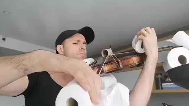 最多的厕纸演奏 他拉的啥曲子,你们能听得出吗? 他用了几卷厕纸?