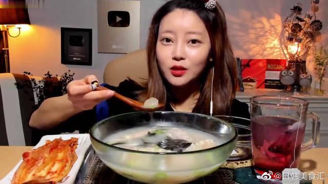 韩国网红姐自做水饺配泡菜,大口吃的好香看着超有食欲!
