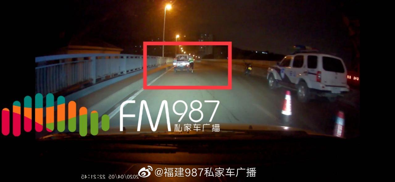 刚刚!福州一男子疑似酒驾欲冲卡,交警半挂在货车上……