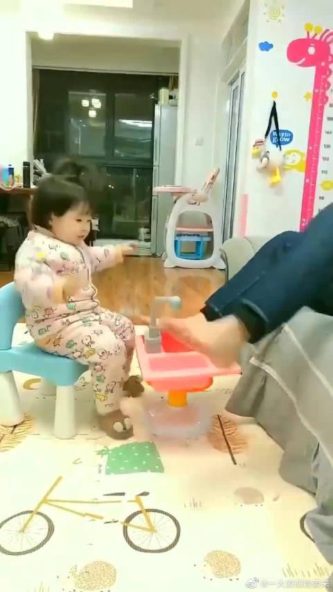 萌娃和舅舅玩游戏,萌娃的反应好聪明,棒棒哒