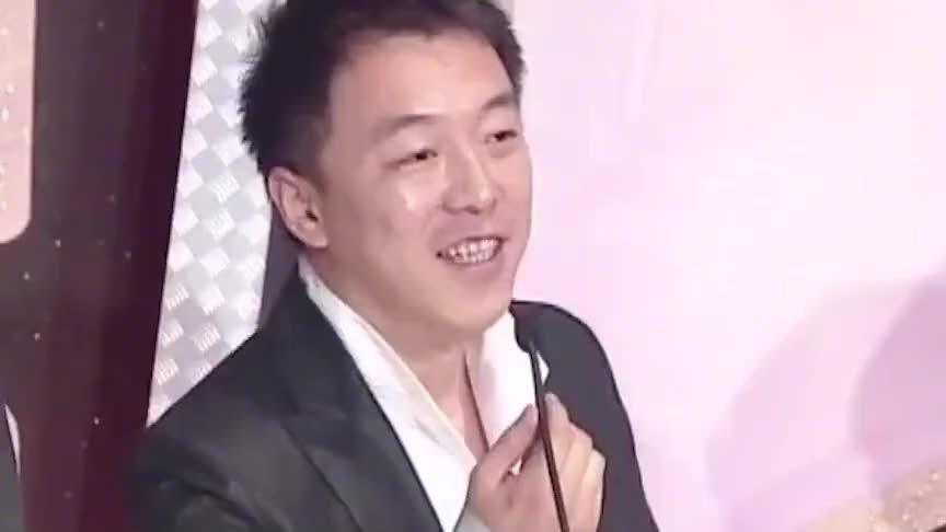 黄渤颁奖典礼金马奖上露歌喉,改歌词唱太委屈,情商太高