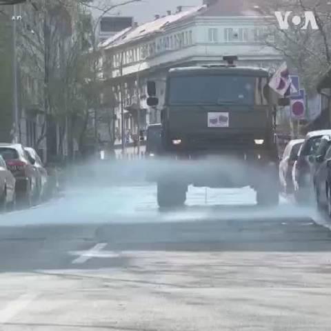 俄罗斯军车,在贝尔格莱德街头进行街道消毒!这新闻,挺有意思