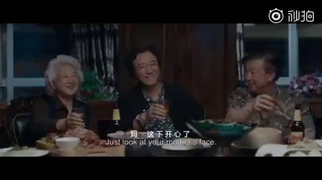 太真实了!《别告诉她》这一段中国式家庭聚餐拍得真是太妙了……