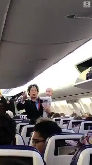 美国。飞机在起飞前,有个婴儿一直在哭闹