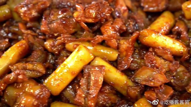 韩国大胃王胖哥,吃辣鸡肉年糕,满满一大盘,看着很有食欲~