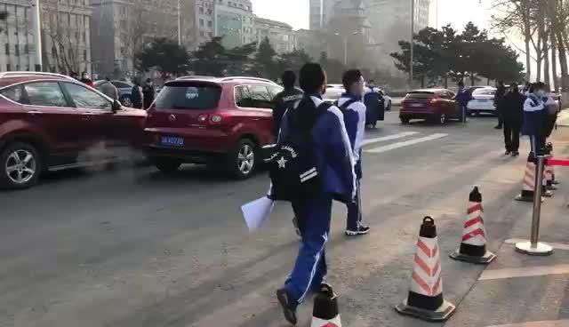 长春市第十一高中学生们有序地排队入校