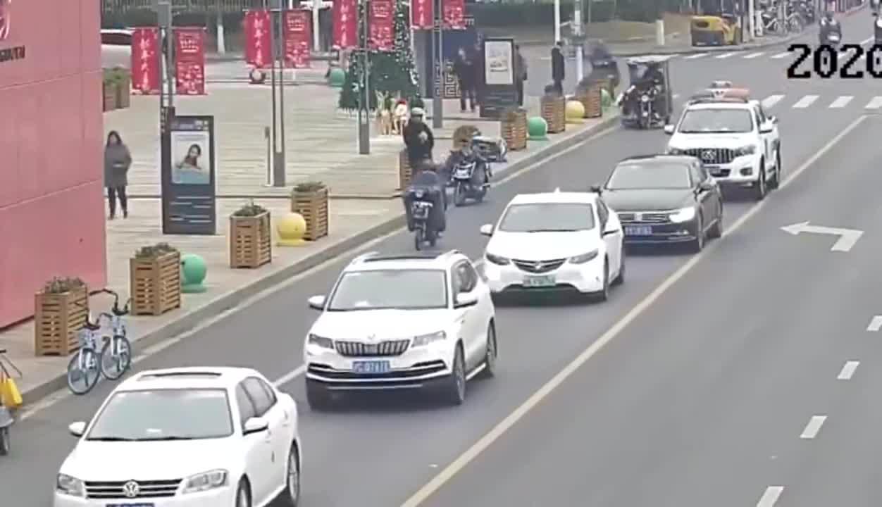 男子无证驾驶残疾车拖行辅警,连人带车撞石墩后逃跑被公诉