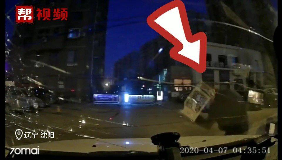 惊!出租车半夜遭黑衣男子猛砸,车主怀疑熟人作案