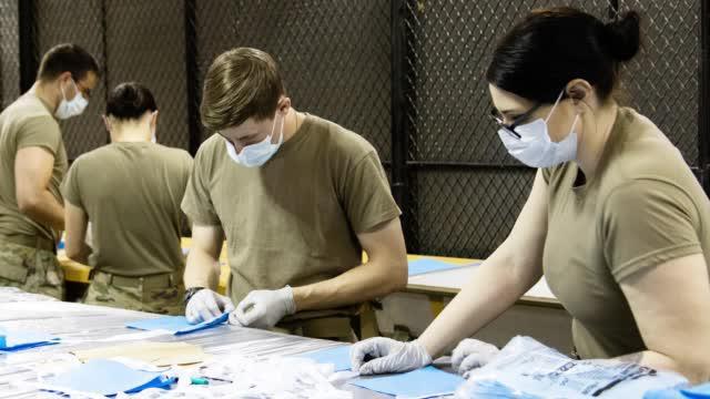 张飞绣花?美军特种兵拿起缝纫机做口罩,一天生产200个供应医院