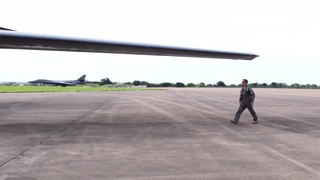 """美国空军""""B-1枪骑兵""""战略轰炸机起飞"""