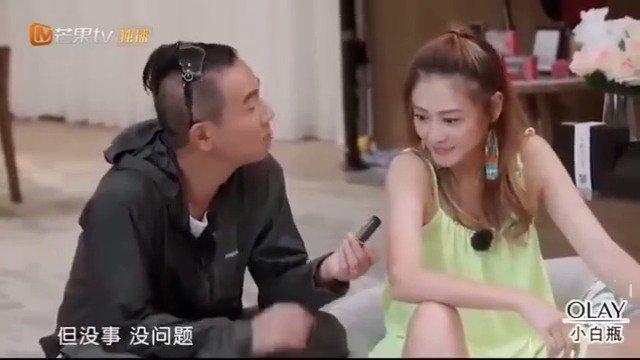 应采儿和陈小春的浪漫时刻,甜甜的一个吻!把小春哥害羞了