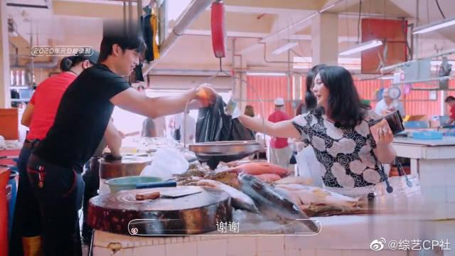 吴尊的妻子林丽吟,跟大嫂去菜市场买菜,为人随和超接地气!