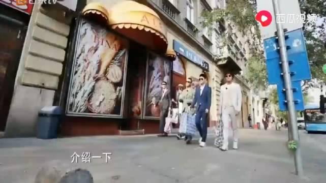 综艺:陈小春带领包贝尔杨烁,国外街头提着中国特色包……