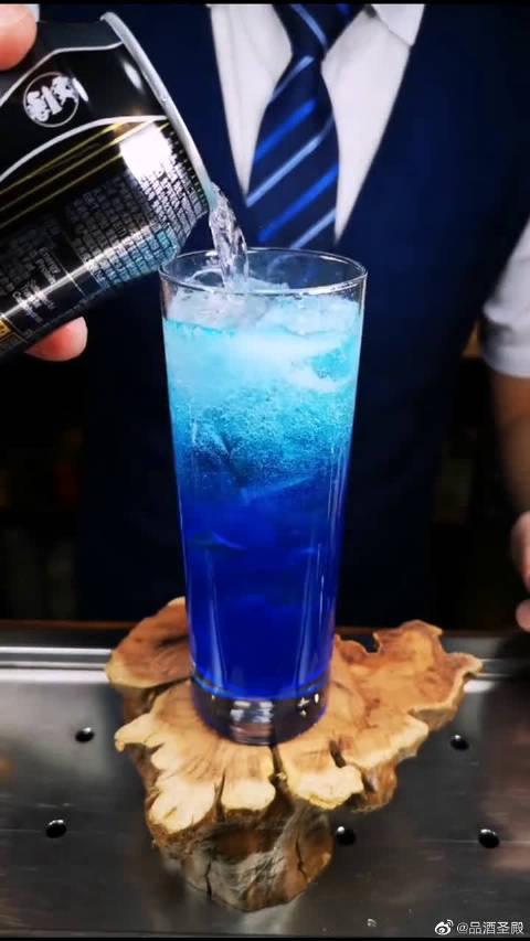 鸡尾酒海洋之心,蓝色给人一种舒适的感觉,味道还不错