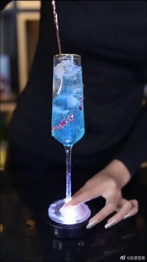 女神鸡尾酒,外杯就做的很有特色,何况里面的酒呢?