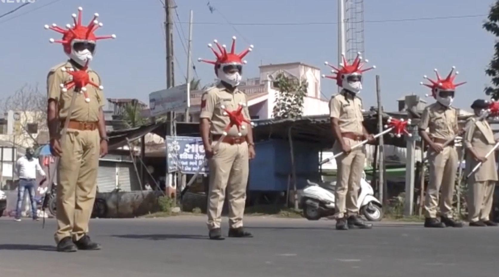 魔幻!为劝阻民众少出门,印度警察cos新冠病毒上街巡逻