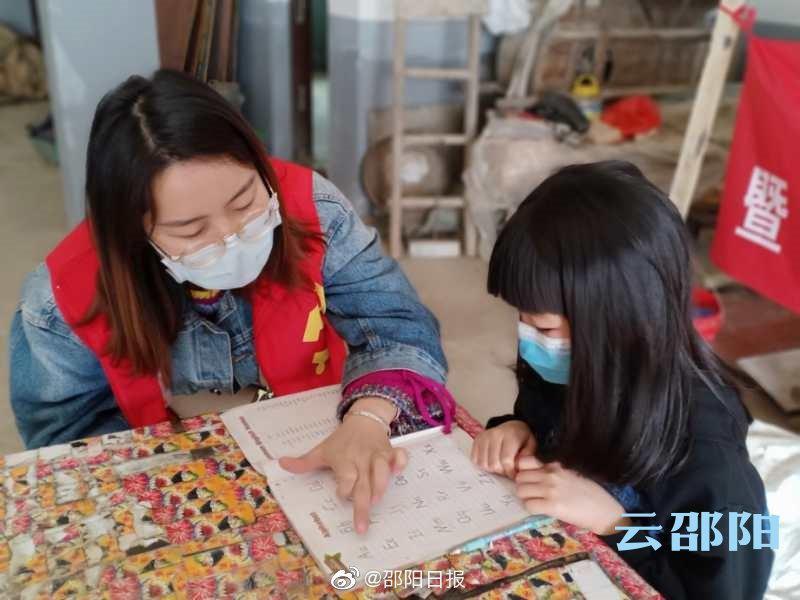 """双清社工开展""""青春课堂""""辅导留守儿童学习"""