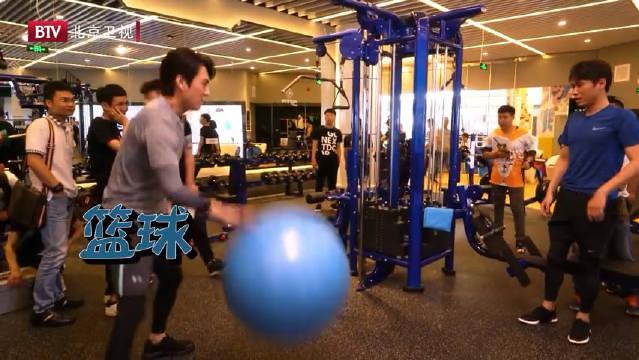 皮皮东解锁瑜伽球的花式玩法! 瑜伽球被玩坏了!