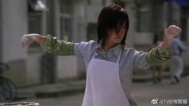 周星驰看到赵薇用太极拳和面的手法……