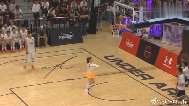 杨超越投篮技术怎么样?看来运气还不错嘛!库里都为她鼓掌!