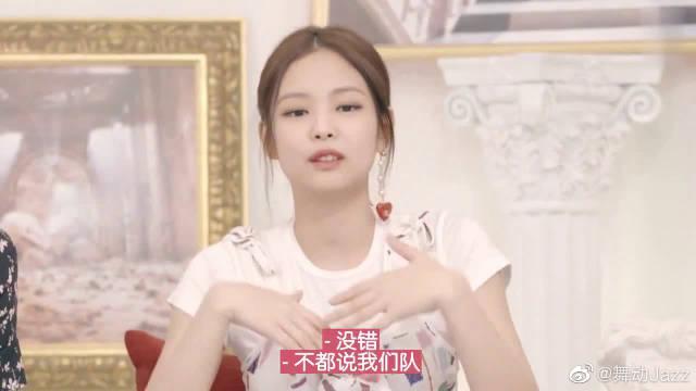 舞台上霸气的Lisa,Jennie夸她超有国际范儿!