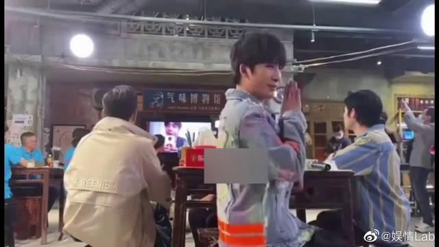 王一博在外拍戏,和《天天向上》连线录制……