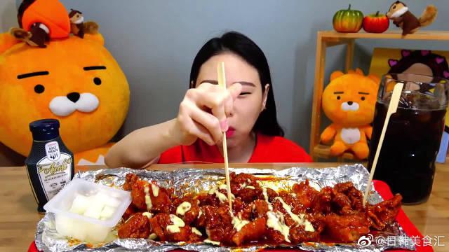 卡妹狂吃不胖又吃高热量炸鸡,减肥的妹子只能过过眼瘾了吧!!