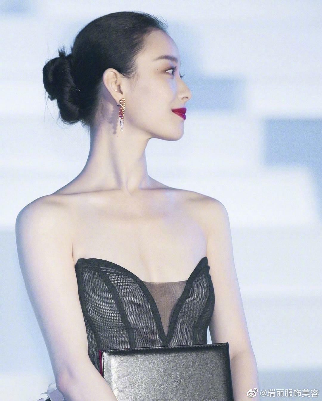 抹胸裙的设计将美丽性感的锁骨在不经意间毫无保留的展现出来……