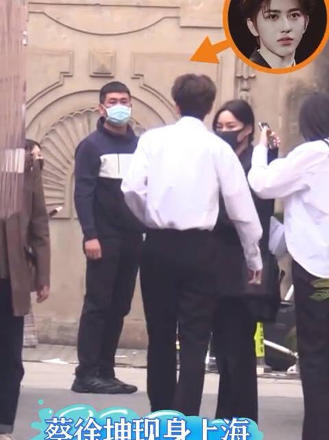 蔡徐坤最新路透来了! 蔡学长白衬衣+双手插兜走路,你爱吗?