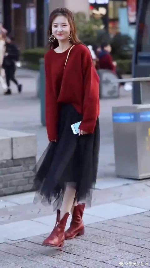 穿红色上衣的小姐姐,笑起来像极了春天的样子