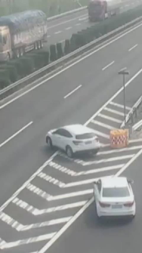 两车双双走错高速匝道 倒车返回时路上开窗交流被撞 (荔枝新闻)