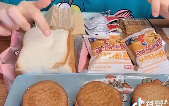 紫米面包,南瓜饼,威化饼干,锅巴,臭豆腐?