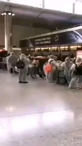 国家包机接在美国的低龄小留学生们回国