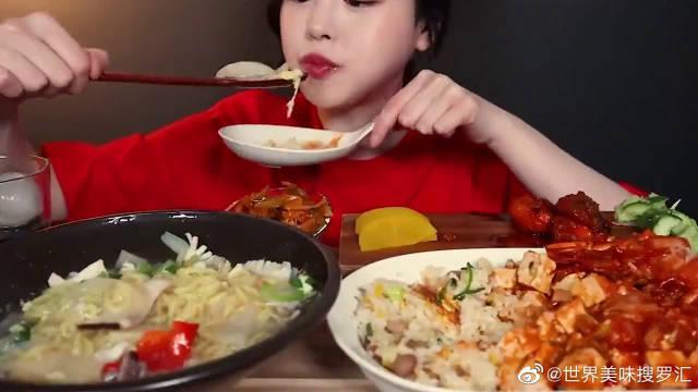 麻婆豆腐盖饭配海鲜拌面,韩国美女太会吃了,这吃相太馋人了