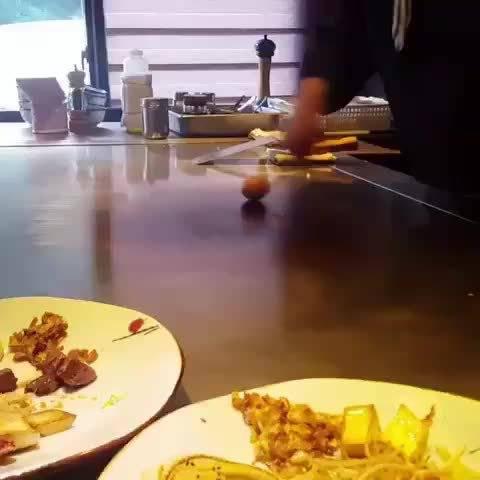 ☝據說,刀劈生雞蛋只有在舊上海的錦江酒店能够看到……