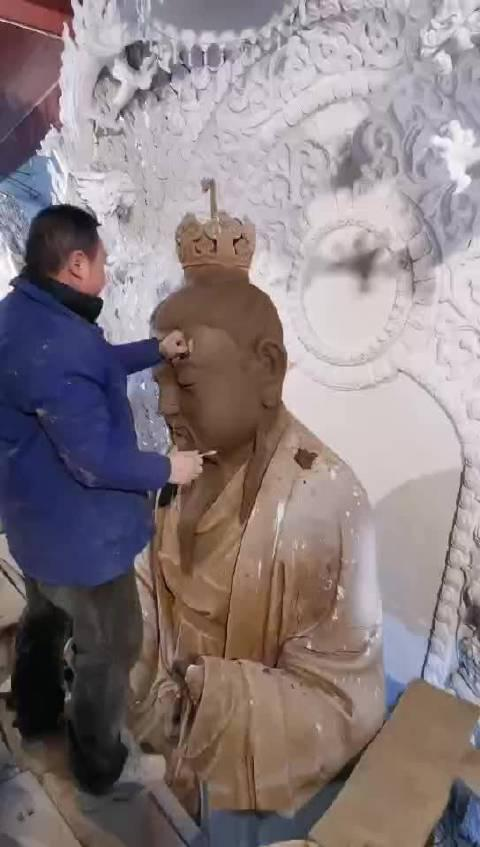 天竺山道观三清殿,泥塑三清道祖神像进展。