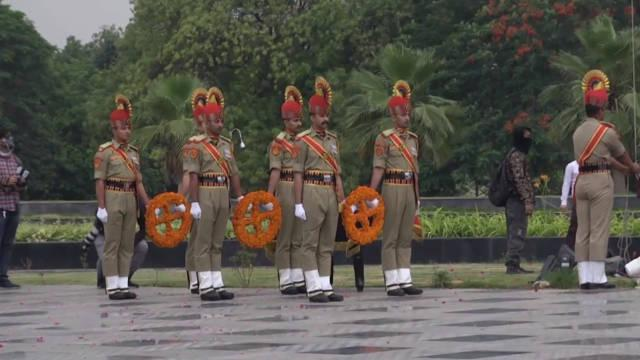 印度武装部队向前线抗冠状病毒的数千名卫生工作者和警察部队致敬