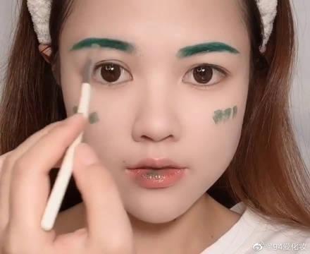 用男友最喜欢的绿色口红画个全脸妆容……